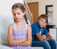 Enfants frustrants ayant le combat sérieux Images stock