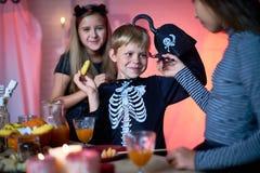 Enfants gais ayant l'amusement à la partie de Halloween Photographie stock libre de droits