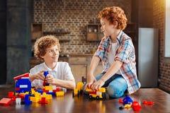 Enfants gais causant tout en jouant ensemble Photo libre de droits