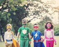 Enfants gais de super héros exprimant la positivité Images libres de droits