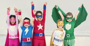 Enfants gais de super héros exprimant le concept de positivité Images libres de droits