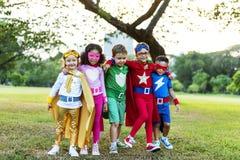 Enfants gais de super héros exprimant le concept de positivité Images stock