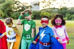 Enfants gais de super héros exprimant le concept de positivité Photo libre de droits