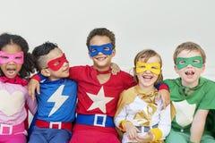 Enfants gais de super héros exprimant le concept de positivité Photographie stock libre de droits