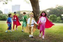 Enfants gais de super héros exprimant le concept de positivité Image libre de droits