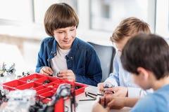 Enfants gais employant de petits détails Image stock