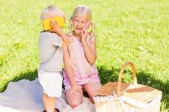 Enfants gais heureux jouant en parc ensemble images libres de droits