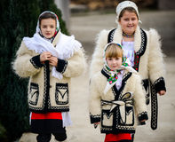 Enfants habillés dans l'habillement roumain traditionnel Photo stock