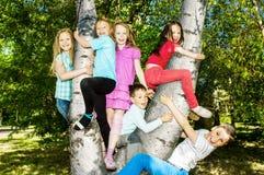 Enfants heureux à l'extérieur photos libres de droits