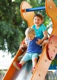 Enfants heureux à la cour de jeu Image stock