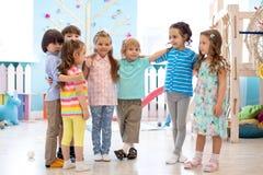 Enfants heureux ? la garde photographie stock