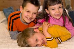 Enfants heureux à la maison image stock