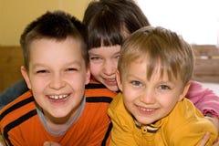 Enfants heureux à la maison Photo stock