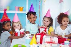 Enfants heureux à une fête d'anniversaire Photos libres de droits