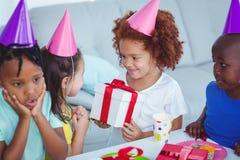 Enfants heureux à une fête d'anniversaire Images libres de droits