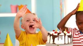 Enfants heureux à une fête d'anniversaire clips vidéos