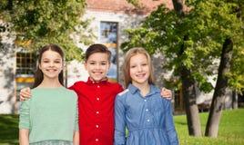 Enfants heureux étreignant au-dessus du campus d'été Photo libre de droits