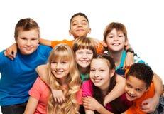 Enfants heureux étreignant ensemble Photographie stock