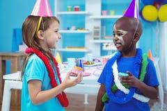 Enfants heureux appréciant les petits pains savoureux photos libres de droits