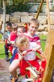 Enfants heureux au terrain de jeu Photos libres de droits