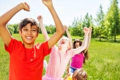 Enfants heureux avec des émotions et mains en été Image stock