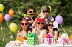 Enfants heureux avec des appui verticaux de partie à l'anniversaire d'été Photographie stock libre de droits