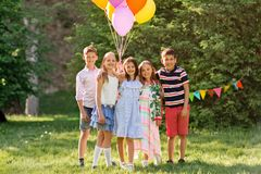 Enfants heureux avec des ballons à la fête d'anniversaire d'été Photo libre de droits