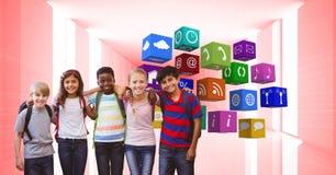 Enfants heureux avec des bras autour de se tenir prêt des icônes d'APP Photos stock