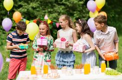 Enfants heureux avec des cadeaux sur la fête d'anniversaire à l'été Photos stock