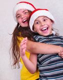 Enfants heureux avec des chapeaux de rouge de Santa Claus Photo libre de droits