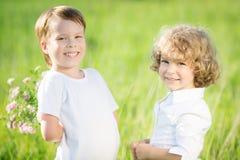 Enfants heureux avec des fleurs Image libre de droits