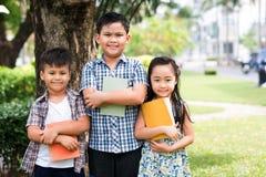 Enfants heureux avec des livres Photos libres de droits