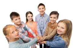 Enfants heureux avec des mains sur le dessus Images libres de droits