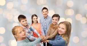 Enfants heureux avec des mains sur le dessus Photographie stock