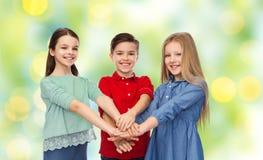 Enfants heureux avec des mains sur le dessus Images stock