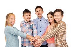 Enfants heureux avec des mains sur le dessus Photos stock