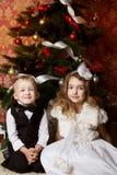 Enfants heureux avec des présents de cristmas Image libre de droits
