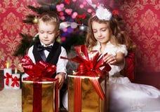 Enfants heureux avec des présents de cristmas Images stock