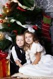 Enfants heureux avec des présents de cristmas Photo libre de droits