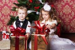 Enfants heureux avec des présents de cristmas Photos stock