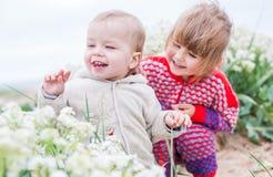 Enfants heureux avec des wildflowers Photographie stock