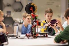 Enfants heureux avec l'imprimante 3d à l'école de robotique Images libres de droits
