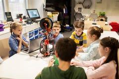 Enfants heureux avec l'imprimante 3d à l'école de robotique Photo stock