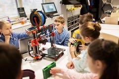 Enfants heureux avec l'imprimante 3d à l'école de robotique Photos libres de droits