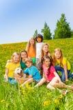 Enfants heureux avec le chien ensemble dans le pré Photo libre de droits