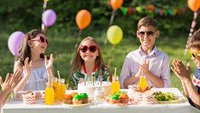Enfants heureux avec le gâteau sur la fête d'anniversaire à l'été Image libre de droits