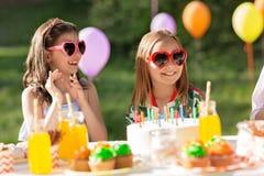 Enfants heureux avec le gâteau sur la fête d'anniversaire à l'été Photo stock
