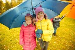Enfants heureux avec le parapluie en parc d'automne Image stock