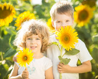 Enfants heureux avec le tournesol Photographie stock libre de droits