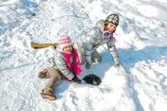 Enfants heureux ayant l'amusement en hiver Photos stock